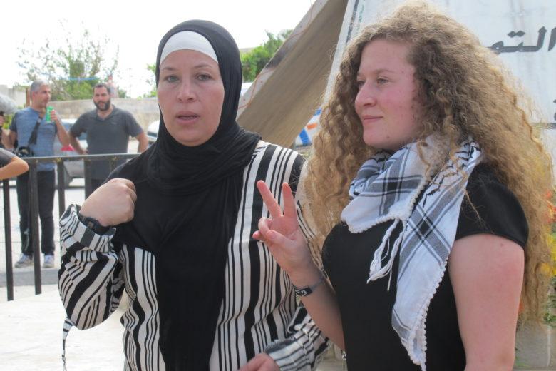 Notícies: Ahed Tamimi, la menor palestina icona de la resistència noviolenta ha estat alliberada al costat de la seva mare